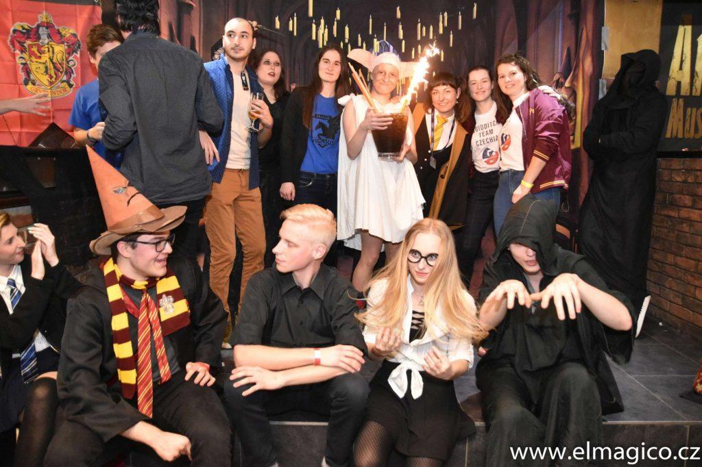 Porotci a soutěžící cosplayeři z cosplay soutěže.