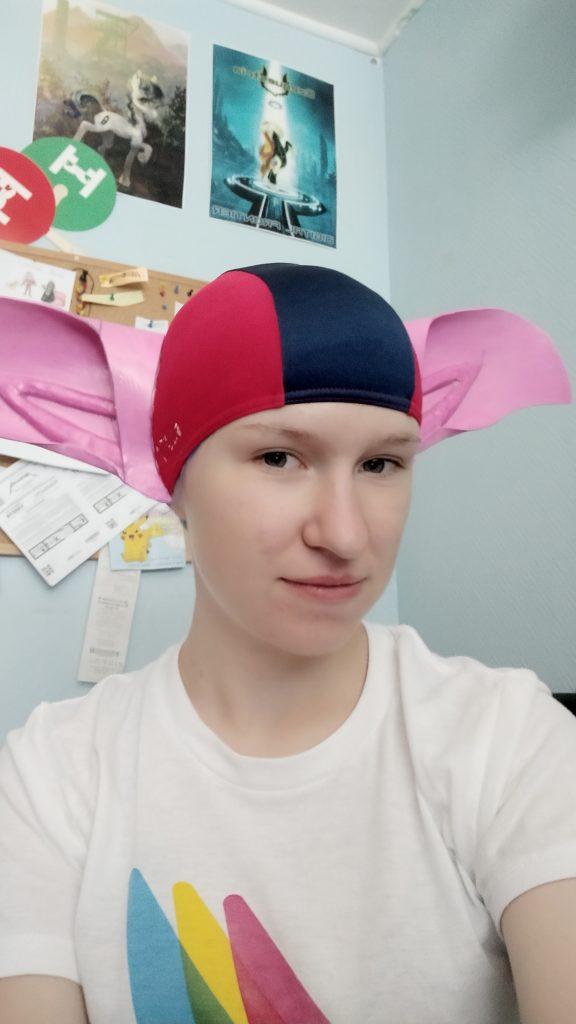 Já v plovací čepici, na které jsou přilepené ještě růžové uši.